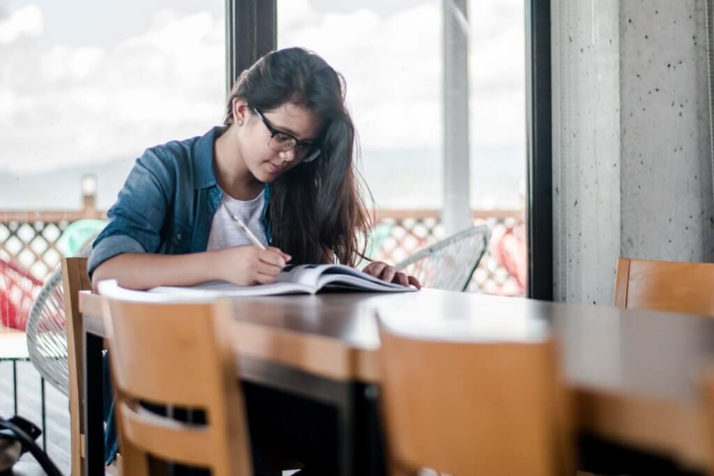 студент читает